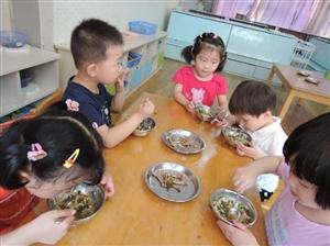他发现了河南小学生营养餐缺斤短两事件中一个被忽视的重要信息!