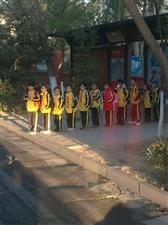 最可爱的孩子近日德令哈公共交通有限公司2路车驾驶员拍到,在市政府北站、每天放学时间,这群可爱的孩子