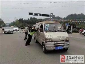 面包车抛锚蓬溪某公路中间 警民联手帮助