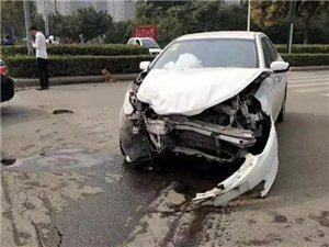 车头稀烂!漯河松江路,因闯红灯两车猛烈相撞!(附视频)