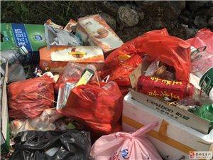 国庆假期过后,秤钩潭十八弯留下了一堆游客扔的垃圾