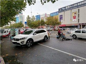 博兴一学校门口发生交通事故!孩子从电动车上摔下!