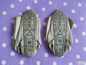 两双手工布袜子