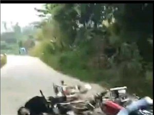 突发!化州播扬边界发生车祸,两个学生飞车相撞伤势严重!