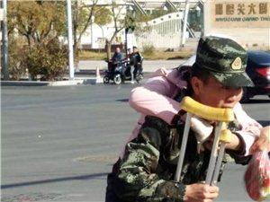 万博manbetx客户端苹果上演温情一幕/身着迷彩服的年轻消防员背伤残人士过马路!获路人点赞