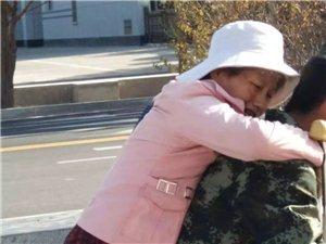 嘉峪关上演温情一幕/身着迷彩服的年轻消防员背伤残人士过马路!获路人点赞