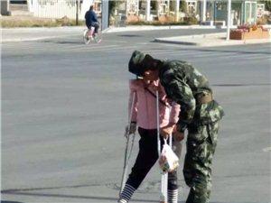 金沙国际网上娱乐官网上演温情一幕/身着迷彩服的年轻消防员背伤残人士过马路!获路人点赞