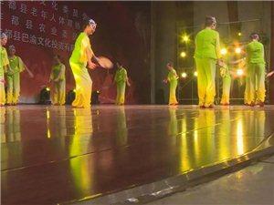 众多人看热闹!丰都宏声艺术宫举行了老年运动会开幕式!
