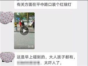 澳门拉斯维加斯网上网址平中路口发生交通事故,两对母女瘫坐马路中央,网友:急需红绿灯!