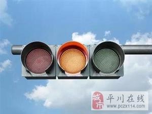 平川平中路口发生交通事故,两对母女瘫坐马路中央,网友:急需红绿灯!