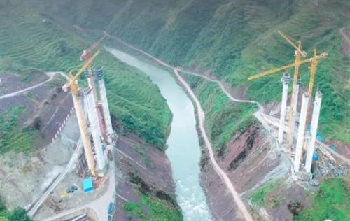 宜毕高速进展:镇雄境内的赤水河特大桥右幅主墩即将封顶!
