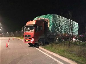 一司机在富顺为躲避限高杆,结果货车被卡在绿化带中央