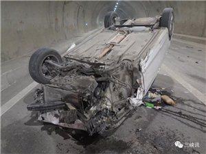惊魂未定!忠万段高速又突发车祸,小轿车摔得四脚朝天!原因竟是一根烟