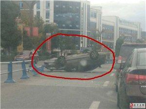 指南一轿车发生侧翻,过往车辆行人请注意!