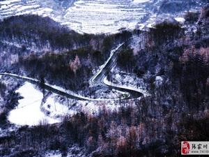 大雪过后,关山银装素裹宛如一幅水墨画