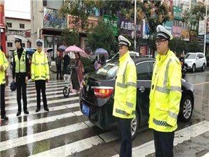 """站好雨中高峰��,商城交警演�[�e�语L""""警"""""""