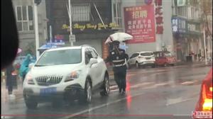 暖心!汽车在雨天抛锚,两位交警徒手将车推到路边