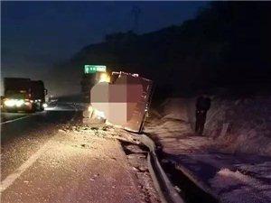 离石:一重型半挂车与护栏发生碰撞后侧翻