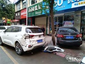 在滨河二期外,一辆黑色尼桑车连闯2车,开上了人行道!