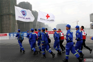 临泉县蓝天、红十字救援队举行年度拉练