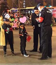 """该说啥呢?隆昌民警休假到内江,""""一不小心""""在万达做了件这个事――"""