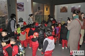 小天才幼儿园组织幼儿及家长参观县博物馆