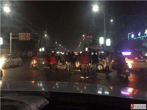 江安一辆摩托车和社区巴士撞起了,摩托车车主受伤倒地!