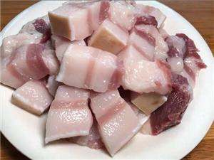 做红烧肉时,不要只会傻焯水,多加这1步,入口肥而不腻,超解馋