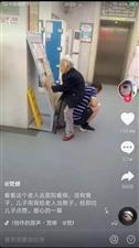 这个蹲在地上的男人谁认识?朋友圈都在传他!丰都人都看看吧