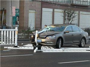 三环路又发生一起车撞路中央栏杆车祸