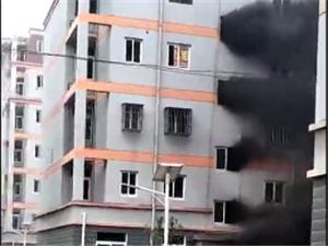 昨日桐城某小区突然起火,现场火势凶猛,浓烟滚滚