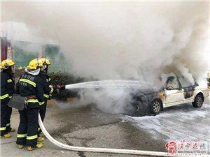 危险!威尼斯人网上娱乐平台一汽车竟当街自燃