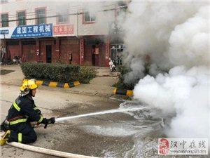 汉中街头一小轿车无故自燃,初步确定因漏油引起!