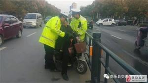 危急!福彩3d胆码预测一位老人突发疾病晕倒在电动三轮车内!