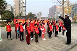 """11月25日,""""好家风・文明行""""家庭公益日志愿服务活动在东泰广场举行"""