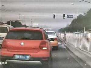女司机?#25151;?#23454;线违法变道,险酿事故
