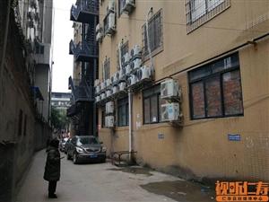 陵州路民富巷消防通道被占用,居民担心安全问题