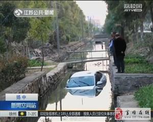 女司机把新车开进了河道里:为了避让狗群 猛打方向盘