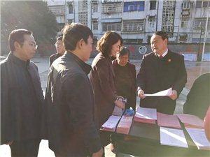 """新县法院院长吴光金以社区普通党员身份开展""""提两率树形象""""活动"""