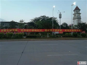 梅江碧桂园业主志愿者主动维持交通秩序!