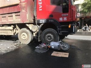 上午河婆纪达中学路口附近发生一起车祸