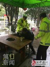 老人没吃午饭摔倒路边 巡警扶起请吃热面条