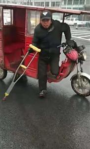 钱柜娱乐城汽车站三轮车大爷,怒骂执法交警,并暴力抗法!
