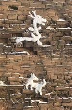 一个老大爷用雪在墙上堆的12生肖