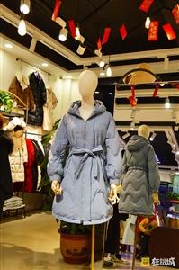 头条丨我在盛世广场,拆了那个10年老店的衣服。