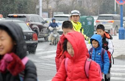 风雪中,滨州这位女交警的一个动作暖了人心