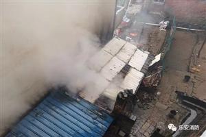 乐安县龙腾花园龙腾大酒店后面着火,消防紧急救援。