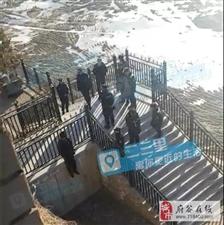神木一60多男子吊死在河堤栏杆,疑似自杀!死尸尚无人认领!