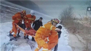 女子与家人争吵后跳入黄河民警走进刺骨的河水中救人