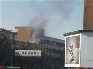 滑县一商户门头着火,现场浓烟滚滚